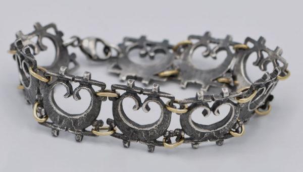 Bracelet pelta